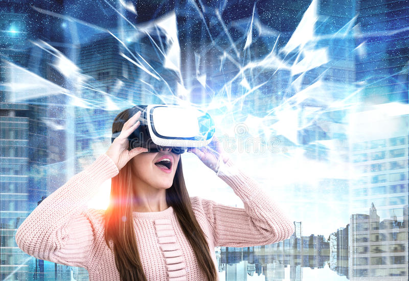 Zdumiewająca kobieta w VR szkłach w mieście, wieloboki zdjęcie royalty free