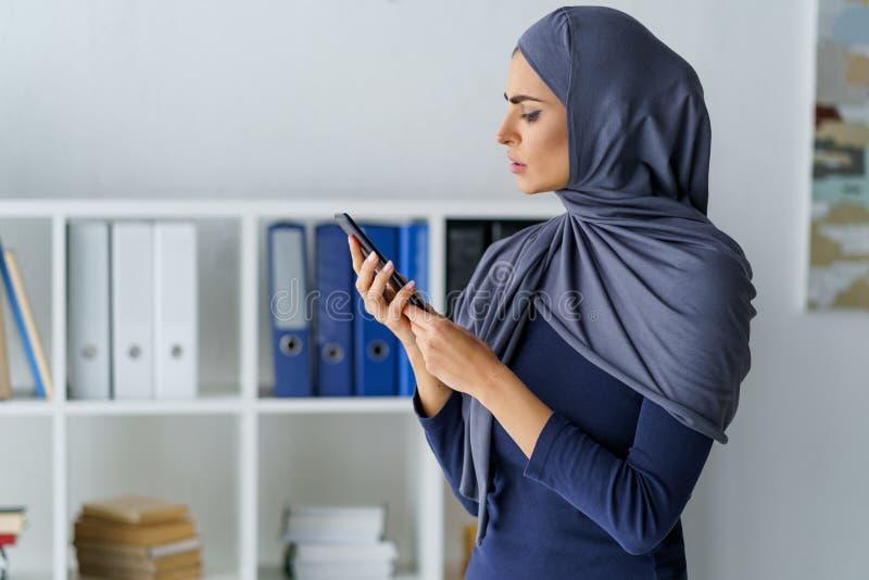 Zdumiony Muzułmański kobiety patrzeć obrazy stock