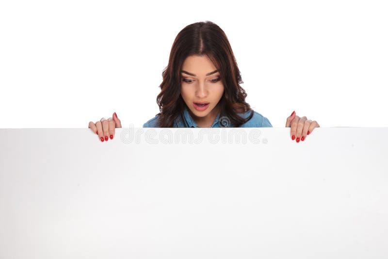 Zdziweni kobiet zerknięcia przy pustym sztandarem zdjęcia royalty free