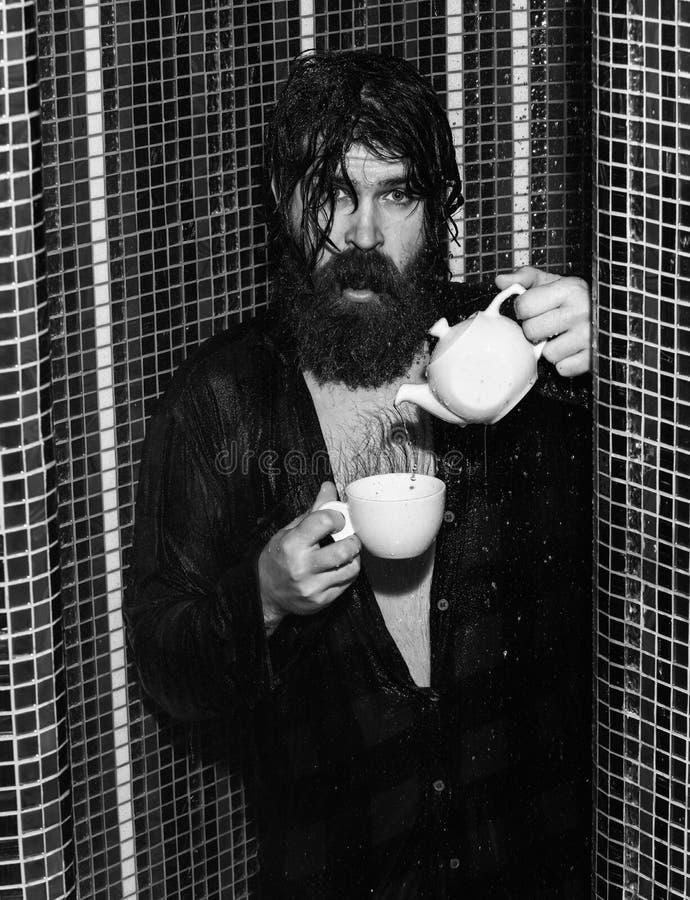 Zdziweni mężczyzna obmycia w prysznic zdjęcia stock