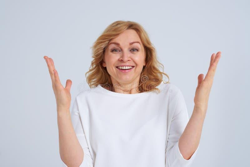 Zdziweni smiley blondyny zdjęcie stock