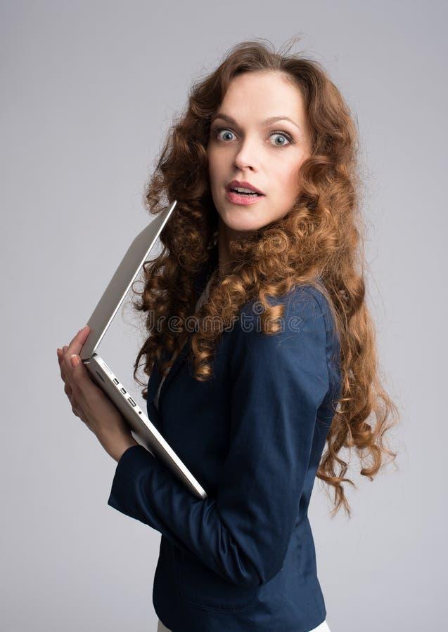 Zdziwienie kobieta z laptopem obraz stock
