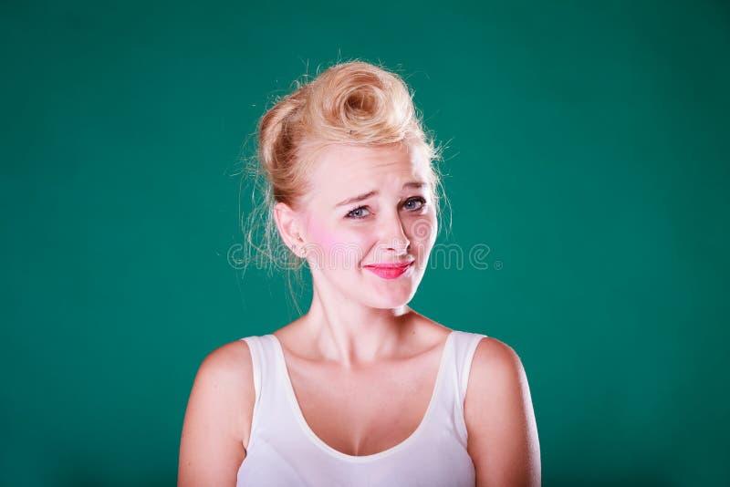 Zdziwienie młoda kobieta z szpilką w górę włosy fotografia stock