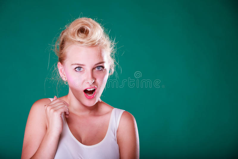 Zdziwienie młoda kobieta z szpilką w górę włosy zdjęcie royalty free