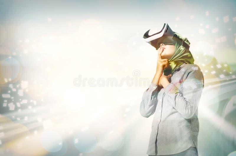 Zdziwienie wyrażeniowe młode kobiety jest ubranym rzeczywistości wirtualnej gogg zdjęcie royalty free