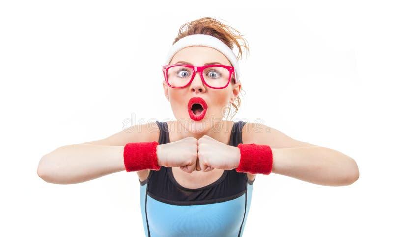 Zdziwiona śmieszna sprawności fizycznej kobieta przygotowywająca dla gym fotografia stock