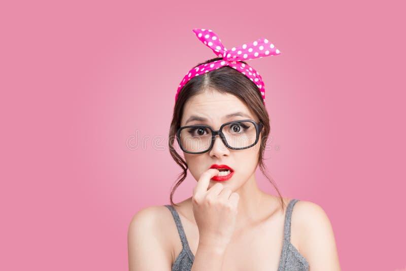 Zdziwiona azjatykcia dziewczyna z ładnym uśmiechem w pinup makeup stylu zdjęcia royalty free