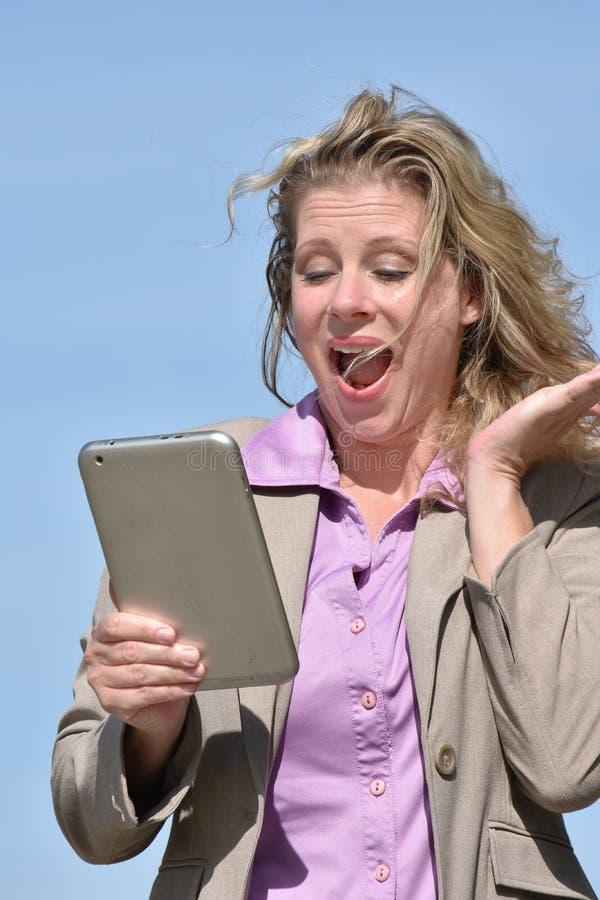 Zdziwiona biznesowa kobieta z pastylką zdjęcie stock