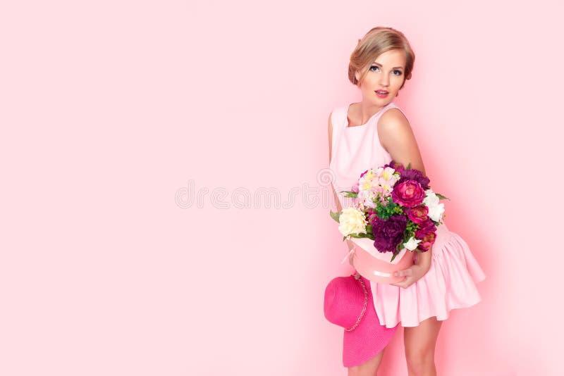 Zdziwiona blondynki kobieta z kwiatu pudełkiem zdjęcie royalty free