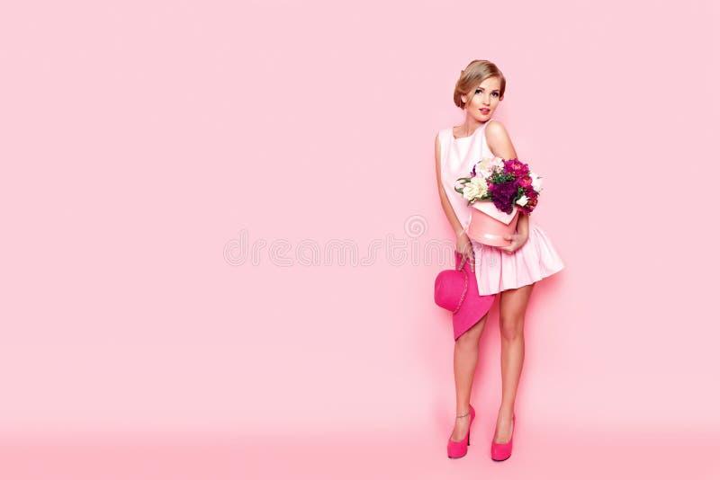 Zdziwiona blondynki kobieta z kwiatu pudełkiem zdjęcie stock