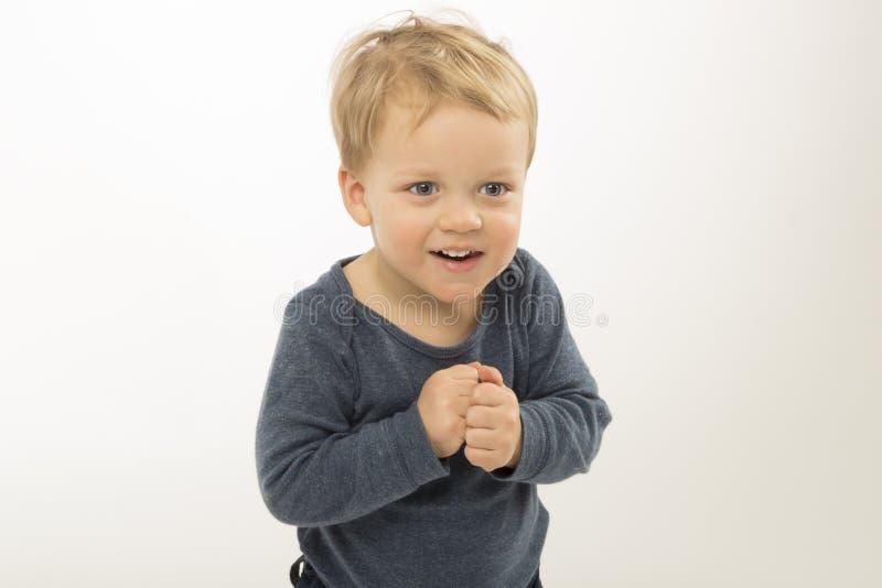 Zdziwiona chłopiec odizolowywająca na białym tle Śliczny berbeć z pytać twarzy wyrażenie Uroczy dzieciak pyta co jest zdjęcie stock
