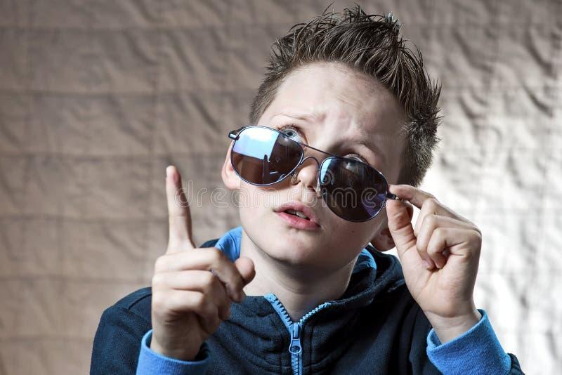 Zdziwiona chłopiec w błękitnym sunscreen który dostać pomysł fotografia stock