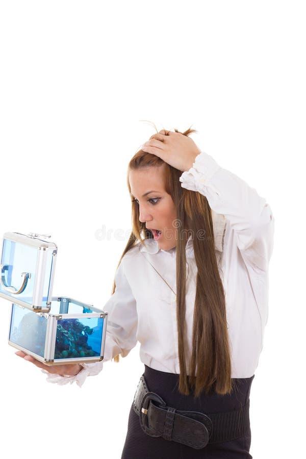 Zdziwiona dziewczyna szokował chybianie kolią w biżuterii pudełku zdjęcie royalty free