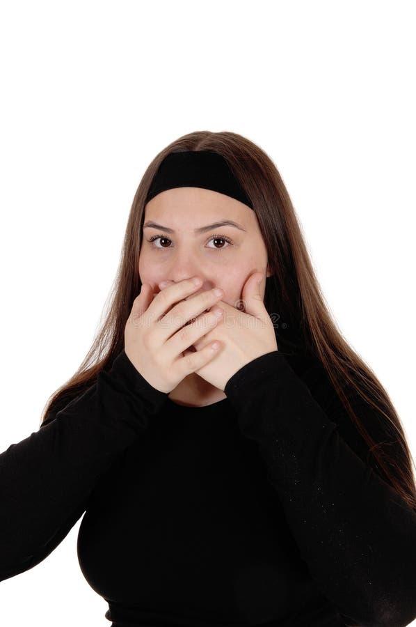 Zdziwiona dziewczyna trzyma ona oddaje ona usta zdjęcie stock