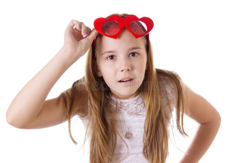 Zdziwiona dziewczyna z śmiesznymi szkłami sercowatymi zdjęcie royalty free