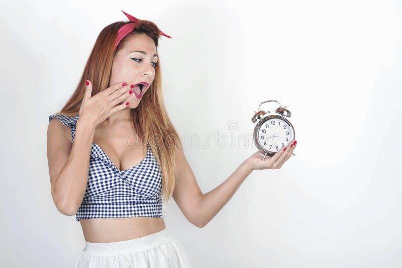 Zdziwiona dziewczyna z budzikiem obraz stock
