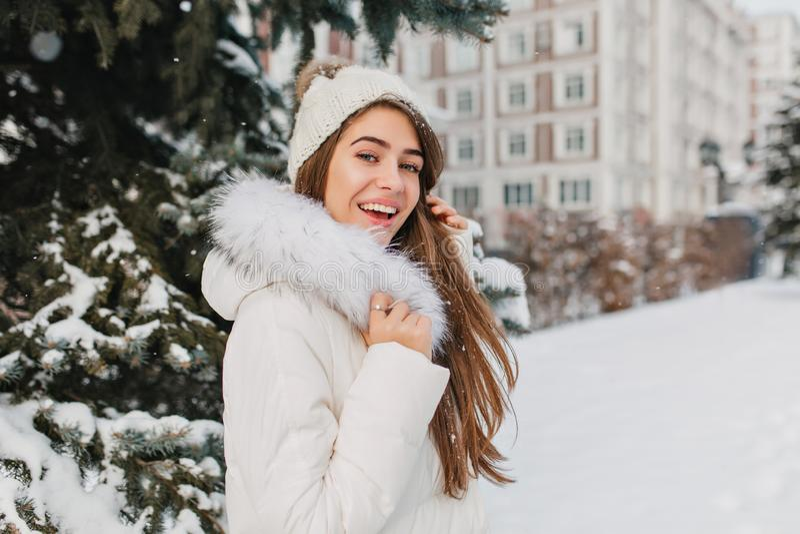Zdziwiona dziewczyna z długim prostym włosy ma zabawę w zima wakacjach, wydaje czas plenerowego Portret entuzjastyczny obraz stock
