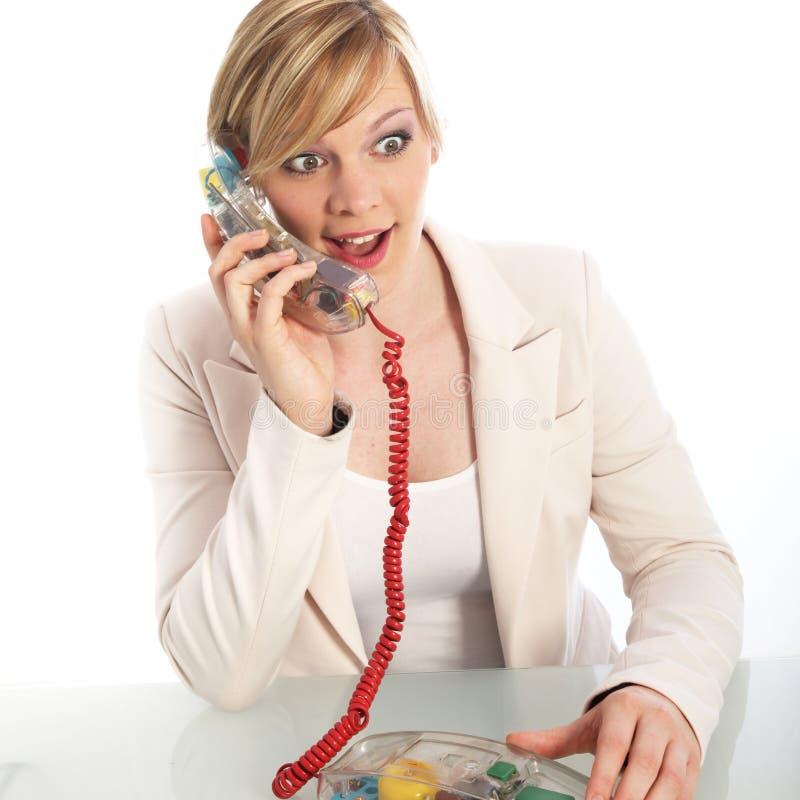 Zdziwiona kobieta na kabel naziemny telefonie fotografia royalty free
