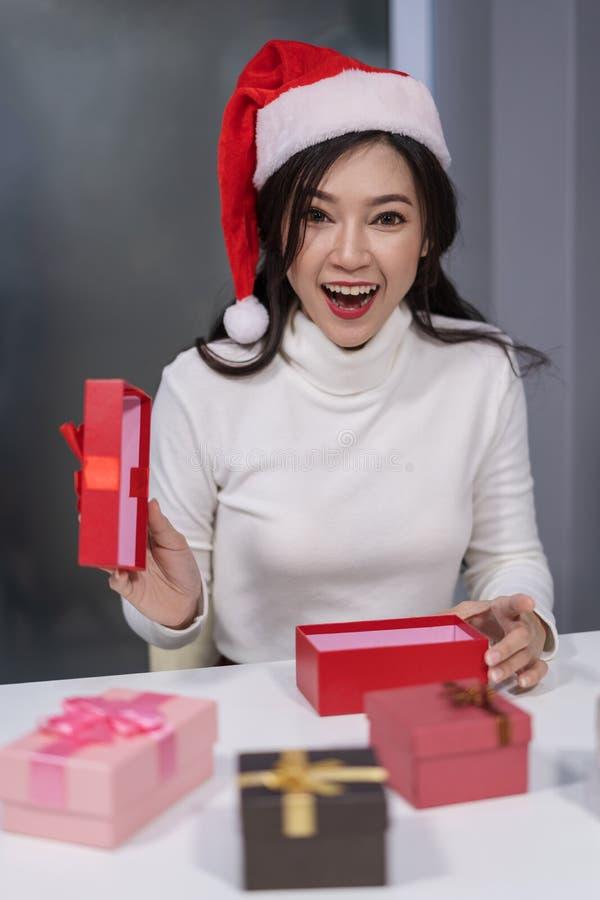 Zdziwiona kobieta w Santa otwarcie prezenta Bożenarodzeniowego pudełko zdjęcie royalty free