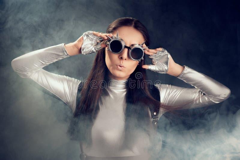 Zdziwiona kobieta w Srebnym kostiumu i Steampunk szkłach zdjęcia stock