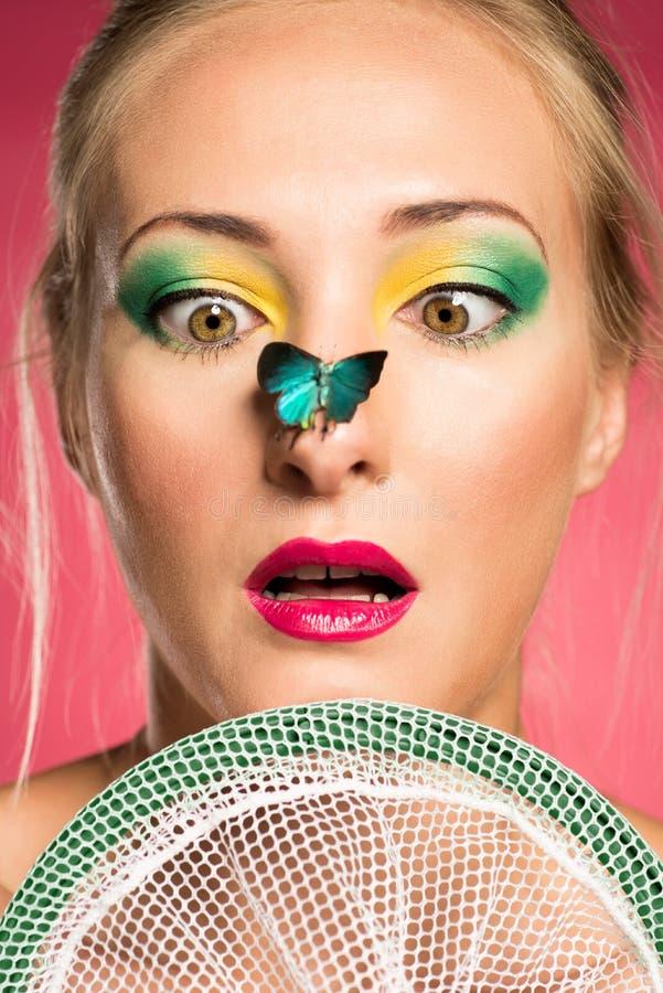 Zdziwiona kobieta z motylem obrazy stock
