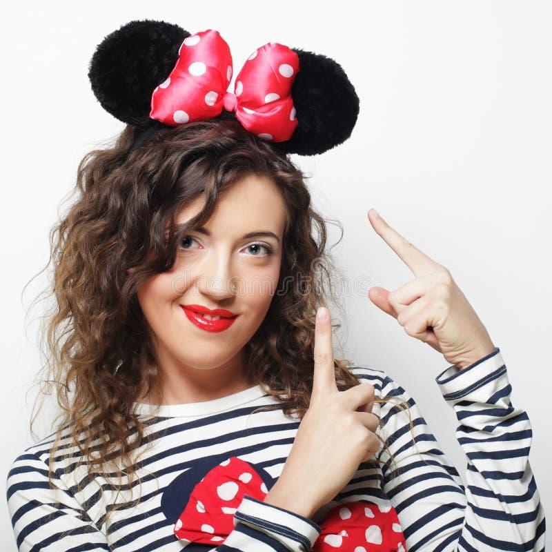 Zdziwiona młoda kobieta z mysz ucho zdjęcie stock