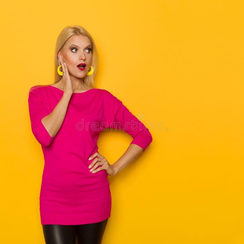 Zdziwiona Piękna Blond kobieta Trzyma rękę Na podbródku I Patrzeje Daleko od fotografia stock