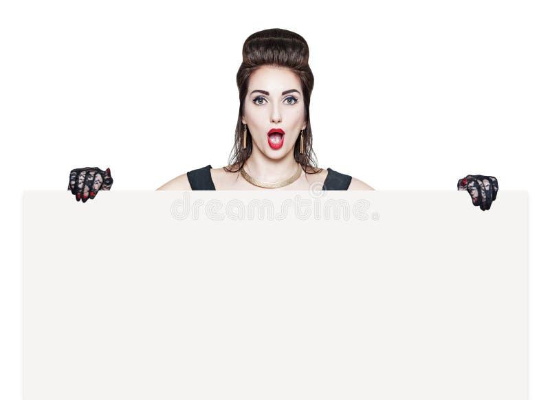 Zdziwiona piękna kobieta w retro szpilce up projektuje z pustym banne obraz stock