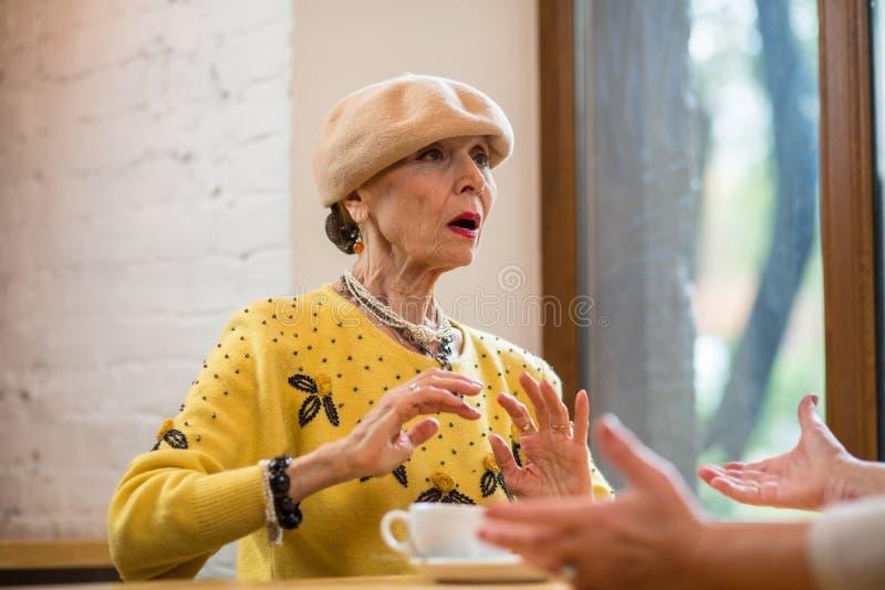 Zdziwiona stara kobieta obrazy royalty free