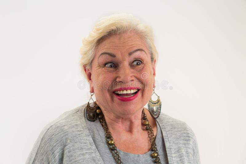 Zdziwiona starsza kobieta odizolowywająca zdjęcia royalty free