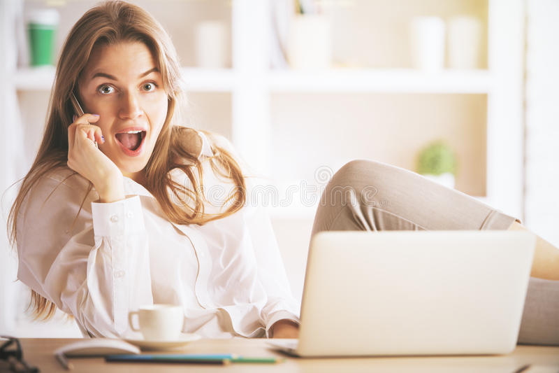 zdziwiona telefon kobieta zdjęcia stock