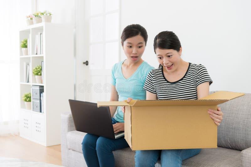 Zdziwione ładne kobiety otrzymywać wysyłający pakuneczek zdjęcia stock