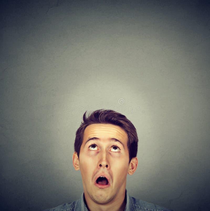 Zdziwionego młodego człowieka przyglądający up fotografia royalty free