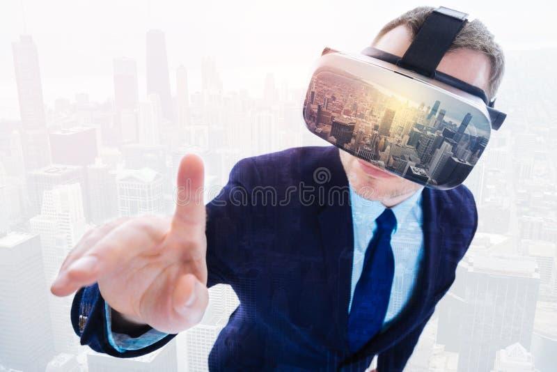 Zdziwiony biznesowy mężczyzna odkrywa VR obraz royalty free