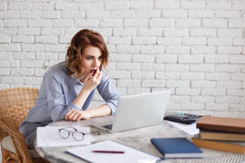 Zdziwiony bizneswoman patrzeje laptopu komputer osobistego, zdumiewająca kobieta z szokującą twarzą i otwarty usta, obrazy stock