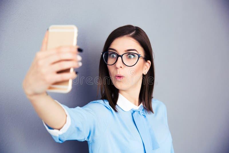 Zdziwiony bizneswoman robi selfie fotografii obraz royalty free