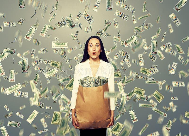 Zdziwiony bizneswomanu mienia pieniądze zdjęcia royalty free