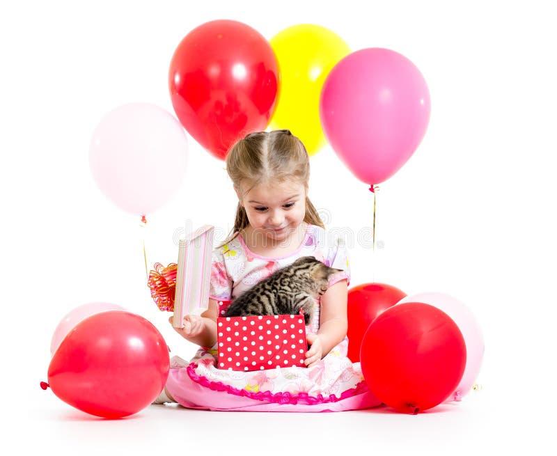 Zdziwiony dziecko z figlarką w prezenta pudełku zdjęcia royalty free