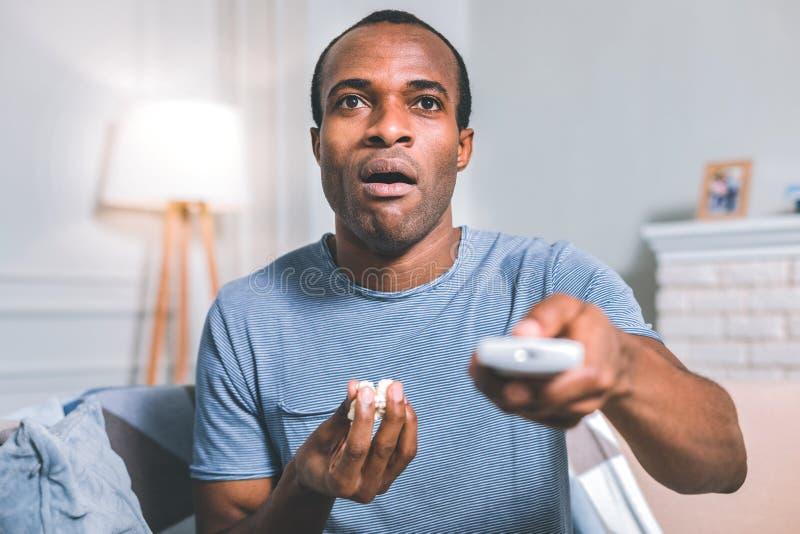 Zdziwiony mężczyzna ogląda film obraz royalty free