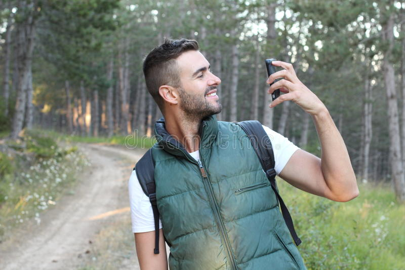 Zdziwiony mężczyzna patrzeje jego telefon komórkowego obraz stock