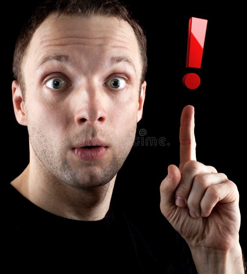 Zdziwiony mężczyzna pokazuje czerwoną okrzyk ocenę obraz stock