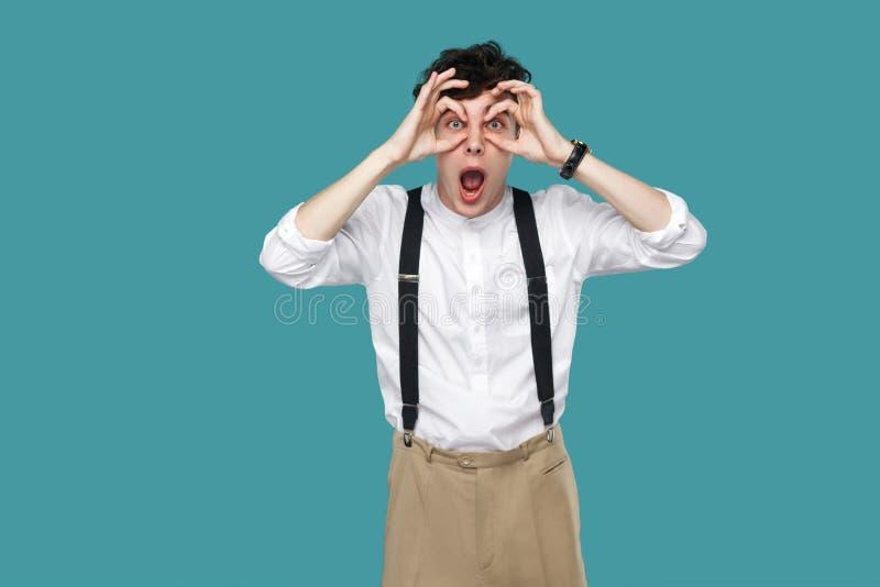Zdziwiony mężczyzna z lornetkami gestykuluje patrzejący kamerę zdjęcia royalty free