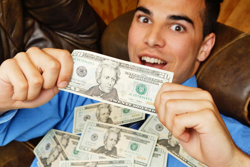 Zdziwiony młody biznesmen z pieniądze zdjęcia stock