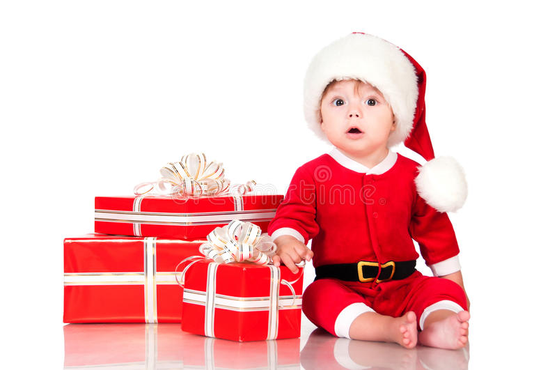 Zdziwiony mały Święty Mikołaj z teraźniejszość Odizolowywający na białych półdupkach obrazy stock