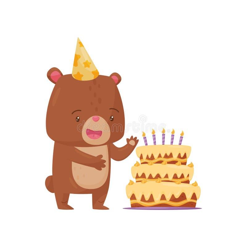 Zdziwiony mały niedźwiedź w partyjnym kapeluszowym trwanie pobliskim dużym Urodzinowym torcie Zhumanizowany lasowy zwierzę Płaski royalty ilustracja