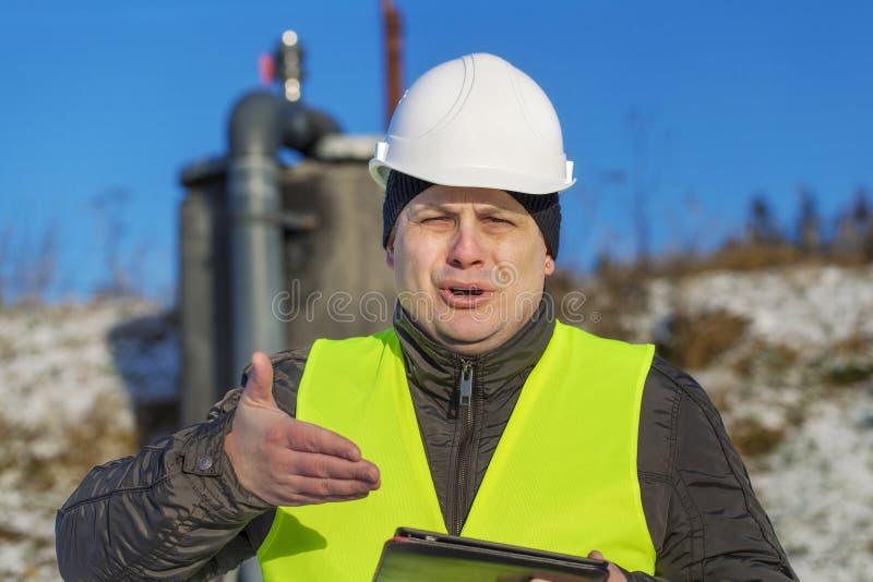 Zdziwiony pracownik przy plenerowym obrazy stock