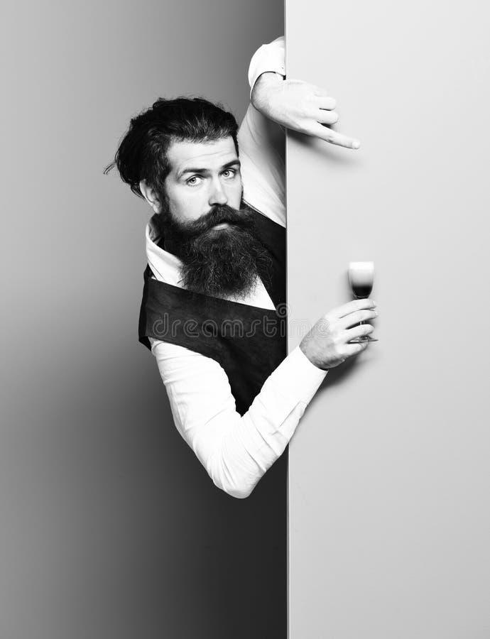 Zdziwiony przystojny brodaty mężczyzna obrazy stock