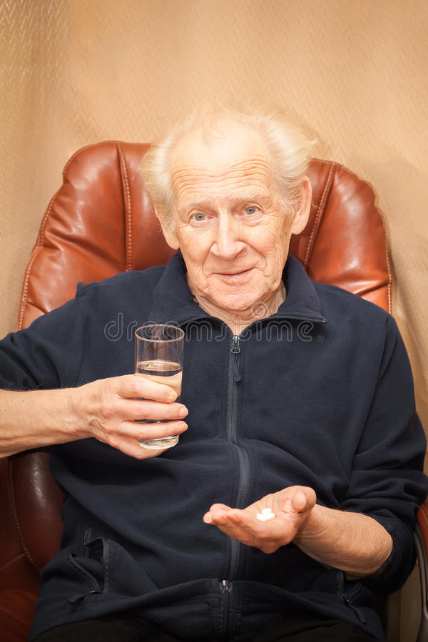 Zdziwiony stary człowiek z pigułkami obraz stock