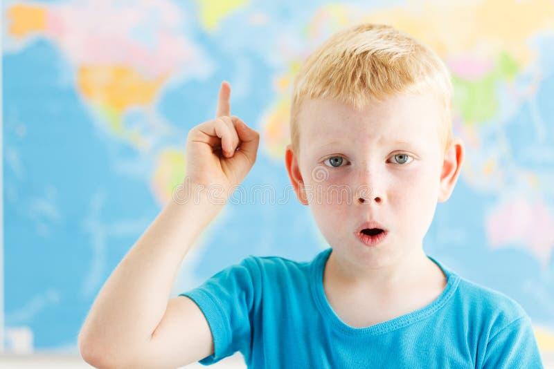 Zdziwiony uczeń podnosił jego palec obraz royalty free