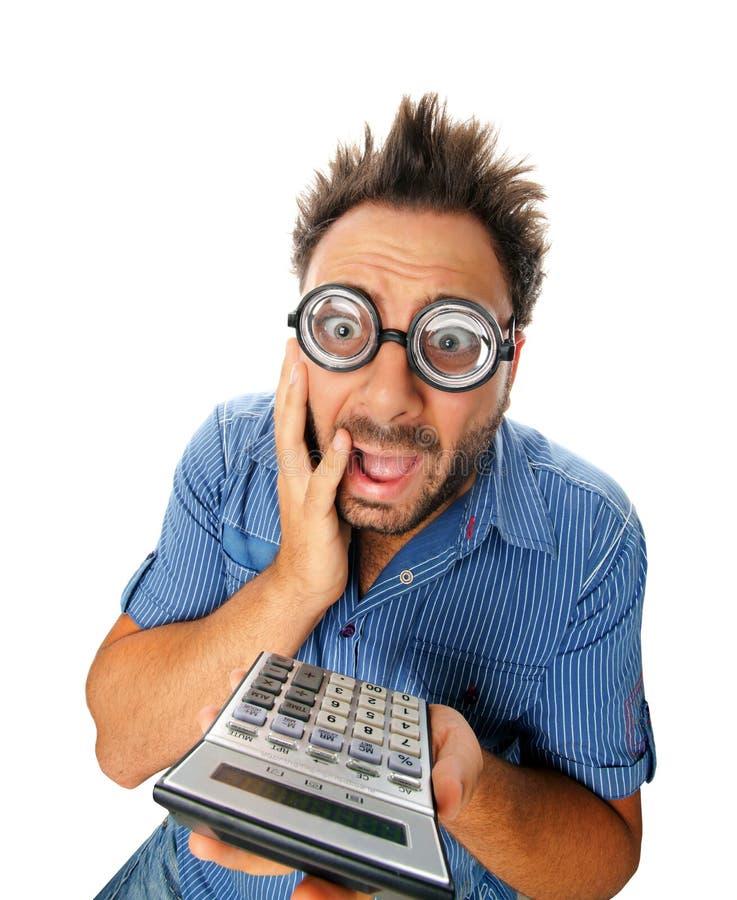 Zdziwiony wyrażenie młody człowiek z kalkulatorem fotografia royalty free